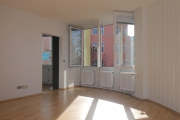 Obj.-Nr. 11180804 - Wohnzimmer Lounge vor Fenster