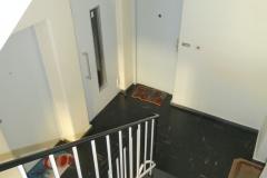 Obj.-Nr.-11210208-Treppenhaus-zur-Wohnung