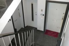 Obj.-Nr.-11210801-Treppenhaus-zur-Wohnung