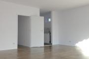 Obj.-Nr. 12190405 - Wohnzimmer zum Flur und Küche