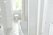 Obj.-Nr.-15211001-Wannenbad-mit-Fenster
