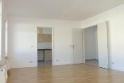 Obj.-Nr. 05190302 - Wohnzimmer zu Küche und Flur
